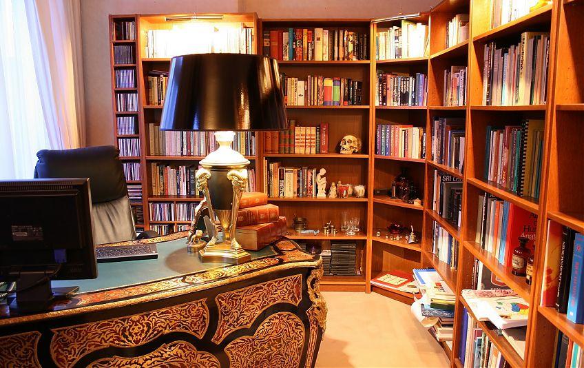 Домашний кабинет с книжными шкафами