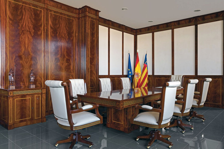 Стол из массива дуба выполненный по эксклюзивному проекту для посольства